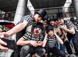广州高校学子穿小丑装迎毕业季