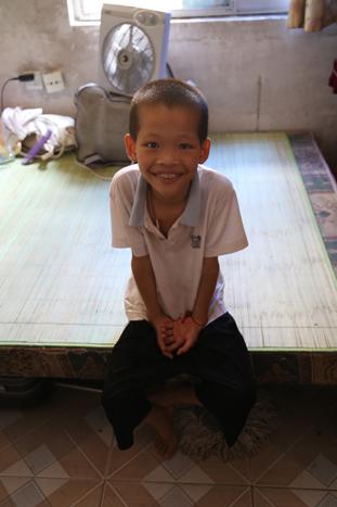 微笑男孩黄杰渴望上学
