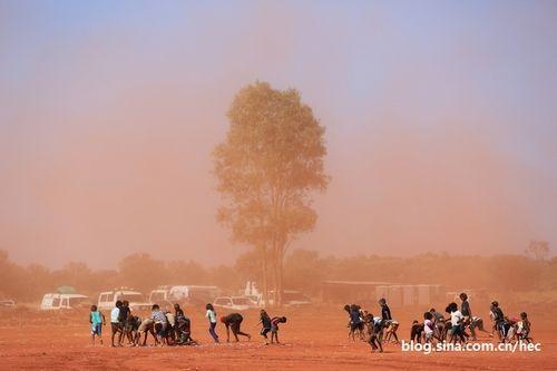 澳大利亚乌鲁鲁:爱喝汽油的土著人