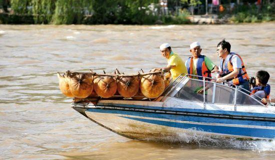 兰州独特体验坐羊皮筏子渡黄河
