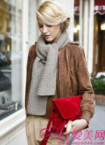 浅灰色针织围巾搭配