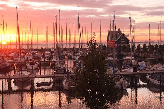 荷兰沃伦丹沐浴在小城柔美的阳光里