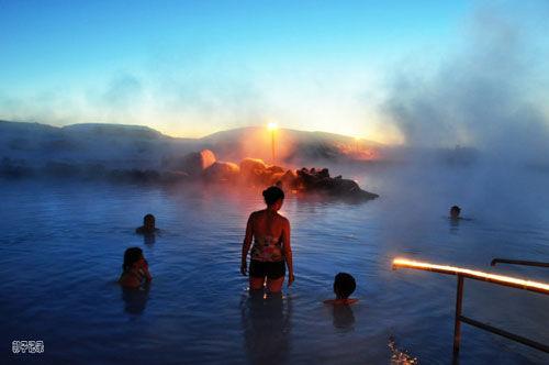 冰岛温泉诱惑枕着火山口泡鸳鸯浴