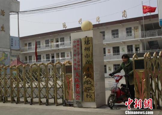 郑州女教师被指踢伤男童下体拒不露面遭通缉