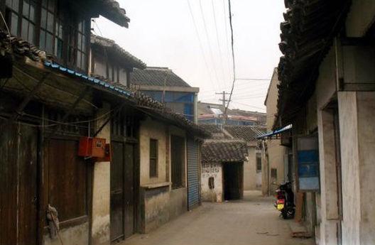 东港镇由原港下镇与东湖塘镇合并设立而成,是无锡市规划建设特大城市框架中20万人口规模的新型卫星城市。东港镇文化底蕴独特,春秋时期的象塔头墩遗址至今仍清晰可见,300多年的黄土塘老街遗址、古代名刹香山禅寺还保留着古老的风韵。东港镇被评为江苏省花木之乡,港下香樟被评为江苏省名牌产品,东湖塘西瓜被评为无锡市品牌农产品,红豆商标全国驰名。   黄土塘古村位于锡山区东湖塘,形成于明初,至晚清、民国时期形成村落的基本格局,是一个仍保有晚清以来多种建筑形态的自然村落。黄土塘浜和黄土塘老街水旱街坊,呈现江南