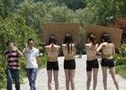 4名女子景区脱衣邀游客在其身上签名