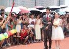 大四学生答辩后在学校操场举行婚礼