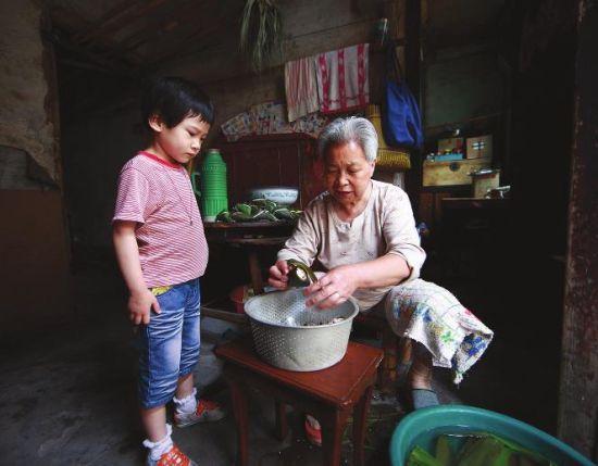 丽新工房8号,78岁的方玉英老人,有6个子女,4个儿子,2个女儿。每年一到端午,就要为他们每人准备一份亲手包的各色粽子。对门的小妹妹,也过来帮忙,到时,也将率先尝到方奶奶出锅的赤豆粽子。