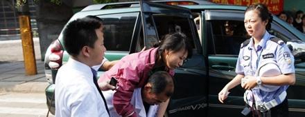 女生因痛经在考场内昏迷 男生抱其找警察