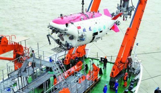 """江阴苏南国际码头上的巨型塔吊小心翼翼地将""""蛟龙号""""载人深潜器吊起"""