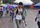 2013高考雨中拉开大幕考场内考生沉着应对