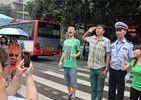 四川帅气交警成高考红人数百人围观拍照