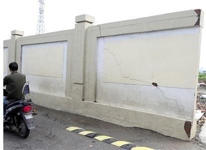 无锡一2米多高围墙开几米长裂缝市民担忧存隐患