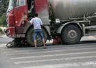 """女子被罐车撞倒卡在轮下央求司机""""别碾死我"""""""
