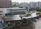 钢架厂房因风坍塌吞没大货车