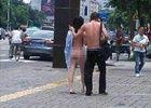 情侣街上吵架脱光衣服裸奔