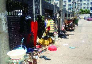 租住的违建房被拆 7名环卫工每晚睡在马路边