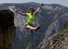 女子高空绳索上表演一字马