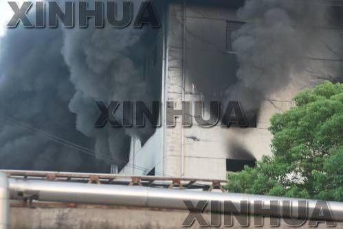 8月16日早上,巢湖市皖维集团发生火灾的厂房浓烟滚滚。