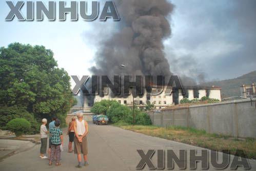 到16日早晨7时,多层厂房被大火吞噬,现场浓烟滚滚,救援工作仍然在紧张进行中。