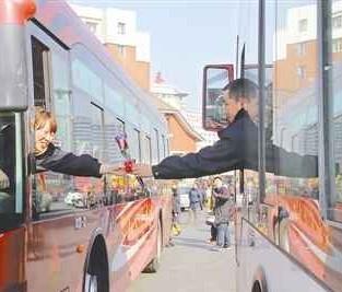 公交夫妻车轮上的浪漫