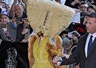 Gaga再出逆天造型手提包式头套蒙面亮相