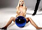 Gaga大尺度全裸透明球遮下体秀浑圆翘臀