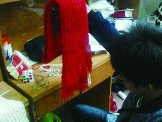男生为女友织围巾