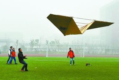 据悉,目前全世界最大的纸飞机翼展为7米,吉尼斯世界纪录由美国人