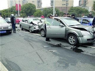 无锡发生一起车祸