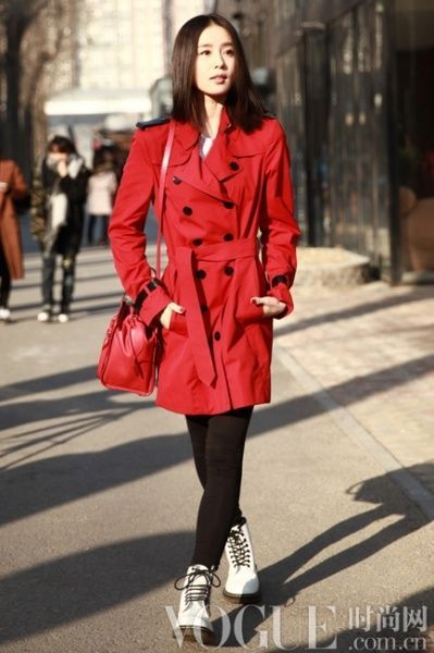 參考價格:10,500 cny   劉詩詩選擇了搶眼的burberry亮紅色風衣現身圖片