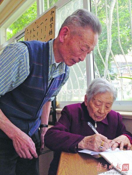 """74岁孝子发明""""健脑秘籍"""" 让93岁老母亲每天做算术题"""