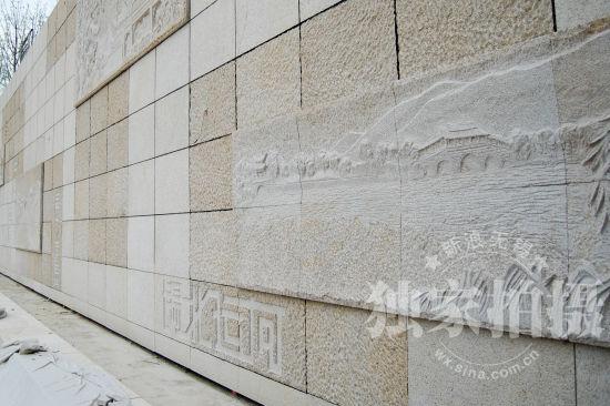 图为胜利门站的特色文化墙,上面刻有地铁一号线的24个站点。