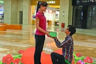 小伙立体花坛求婚