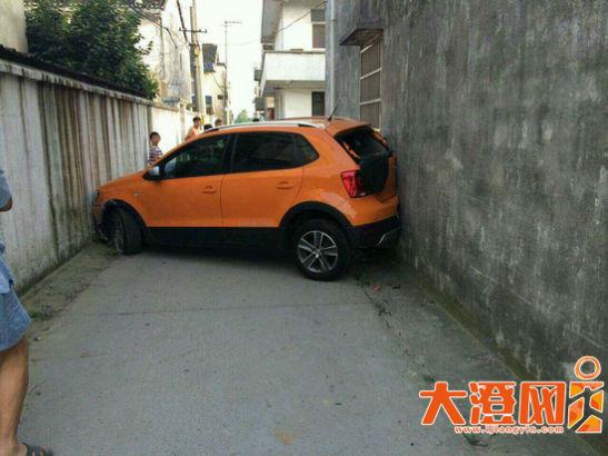 新车穿墙两头被卡