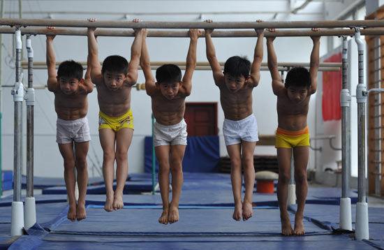 安徽省某体校体操队的小队员在训练中。CFP供图