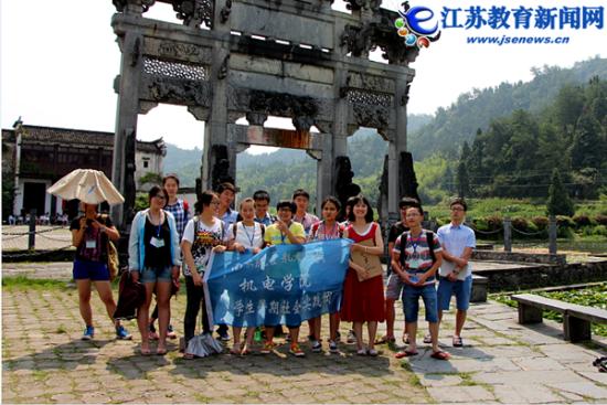 南航机电学院学子手绘宏村 宣传古村落文化