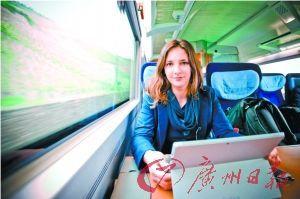 还在读大学的莉奥妮在火车上写论文。