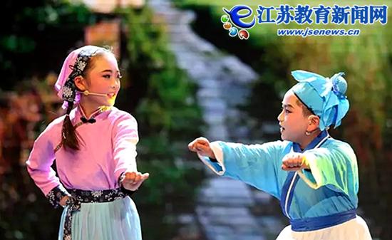 """锡城学子爱唱家乡戏 """"小小红梅""""舞台展风采"""