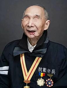 95岁失明抗战老兵欲摸装甲车