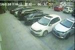 司机倒车连撞旁车