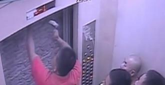 深圳11人被困小区电梯 砸墙挖洞自救