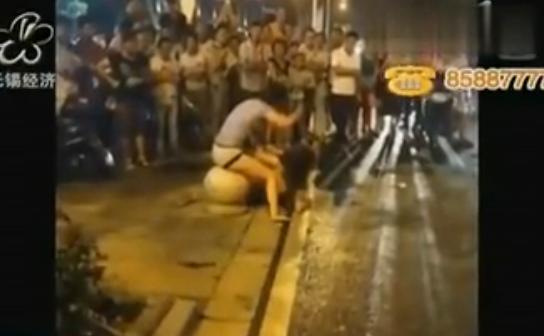 视频:无锡街头疑原配打小三 两女互殴扒衣