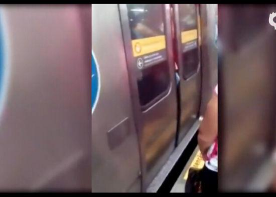视频:实拍男子挤地铁被夹住下体